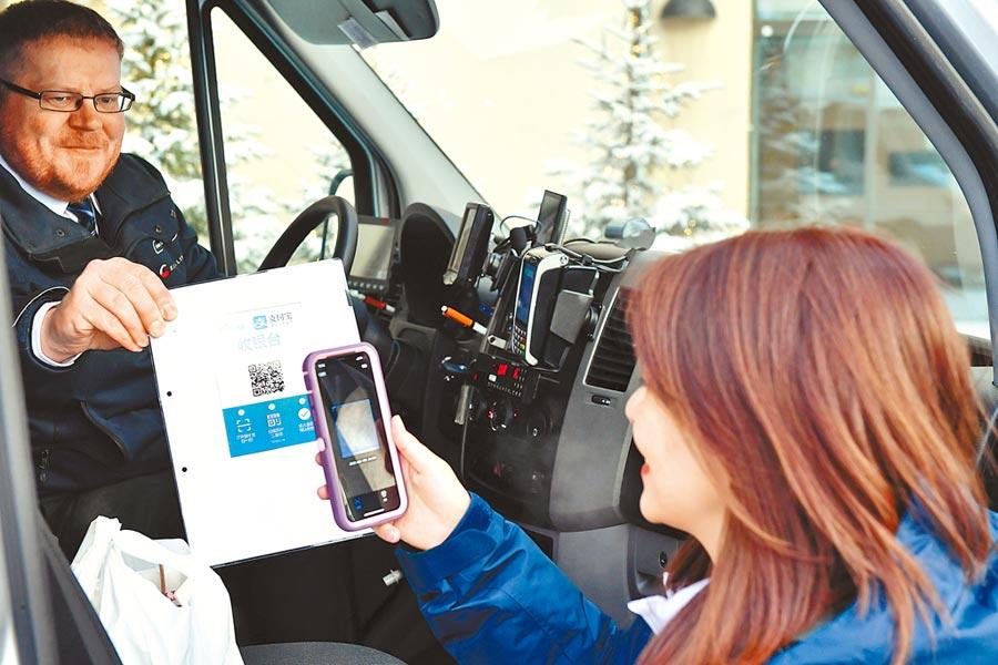 芬蘭羅瓦涅米,一名陸客使用支付寶支付出租車費。(新華社資料照片)