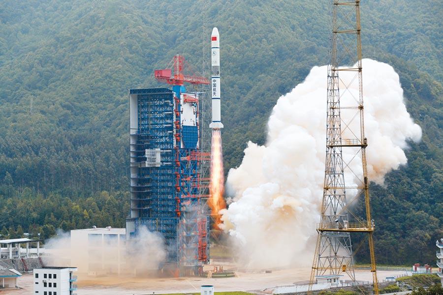 7月26日上午,由中國航天科技集團所屬中國運載火箭技術研究院研製的長征二號丙火箭,在西昌衛星發射中心發射升空。(中新社)