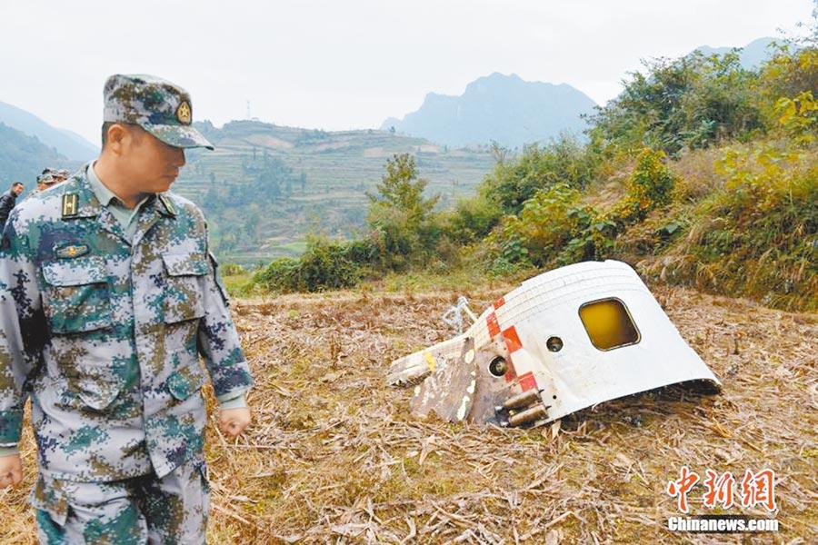 2015年11月,工作人員在貴州一鄉鎮交界處,發現「中星2C」衛星一級火箭殘骸。(取自中新網)