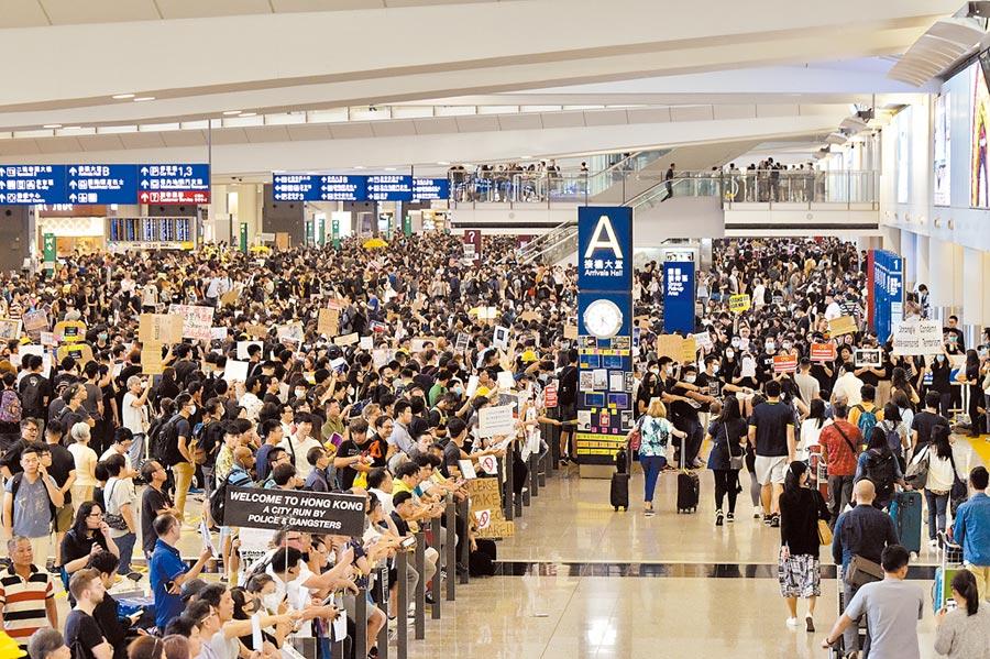 香港局勢也將是「北戴河會議」議題之一,圖為7月26日香港部分航空界人士在香港國際機場接機大堂發起集會。(中新社)