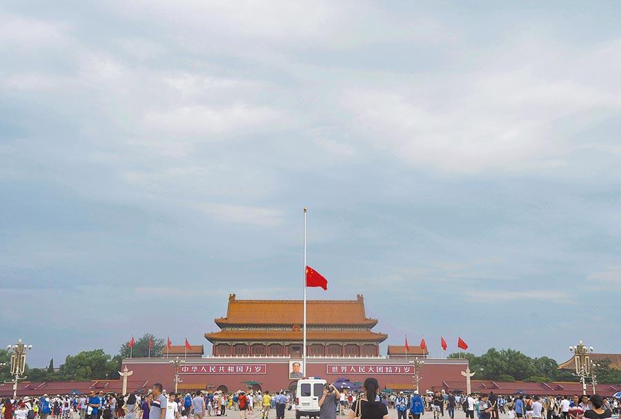 7月29日,天安門降半旗悼念李鵬。(新華社)