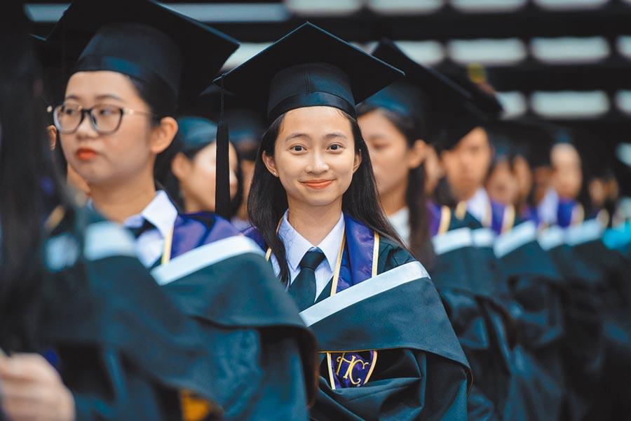 澳門大學2018年畢業生參與畢業典禮。(新華社資料照片)