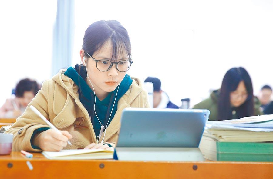 南華大學學生在圖書館內看書復習。(新華社資料照片)