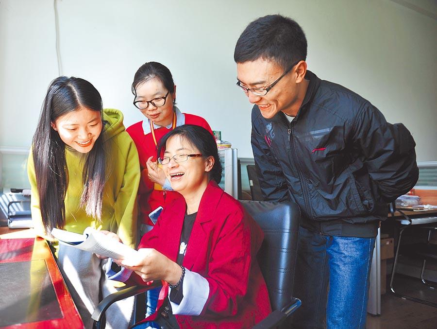 西藏大學一名教授在為幾名研究生作指導。(中新社資料照片)