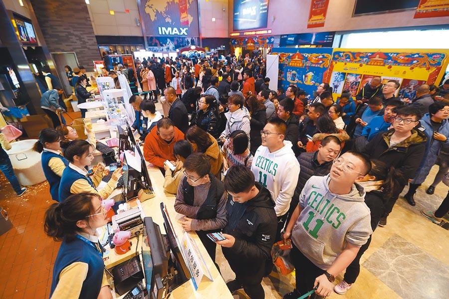 山西太原某影院,民眾正在排隊購票準備觀看電影。(中新社資料照片)