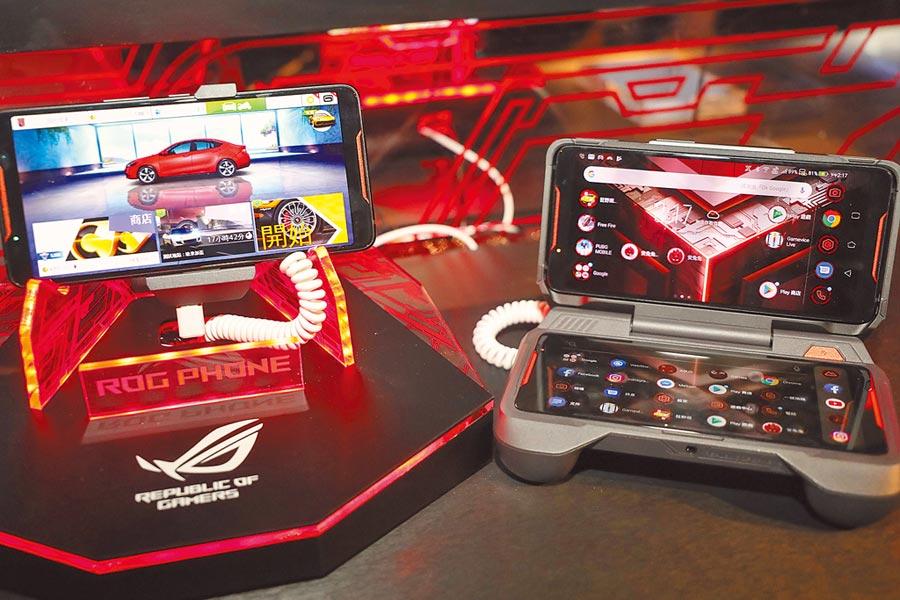 電子競技相關產業井噴式成長。圖為ASUS首款電競手機rog phone搭配配件可將手機變為上下兩個屏幕,用戶可邊玩邊直播。(中新社資料照片)