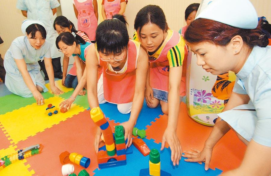 大陸學生對家政專業市場了解不夠深入。圖為四川高校「暑期保母」進京,學習如何用玩具和孩子溝通。(新華社資料照片)