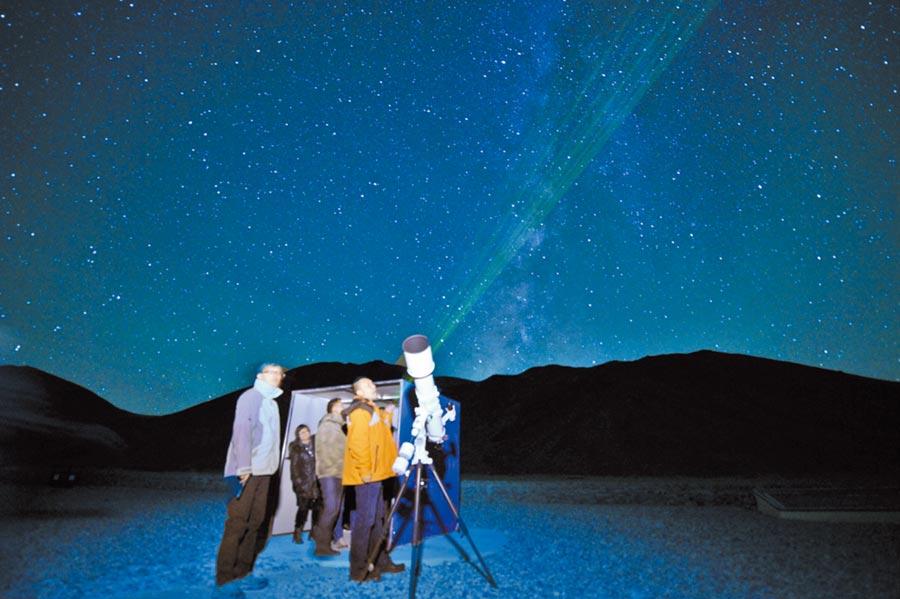 遊客在西藏阿里暗夜公園觀星。(中新社資料照片)