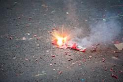 玩鞭炮炸傷眼 22年後夾出碎玻璃