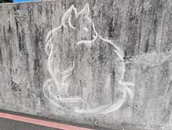 貓控畫家現蹤!路邊圍牆化身喵咪畫廊