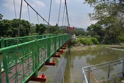 竹山下坪吊橋重建後煥然一新 林縣長會勘後同意再加強周邊護岸