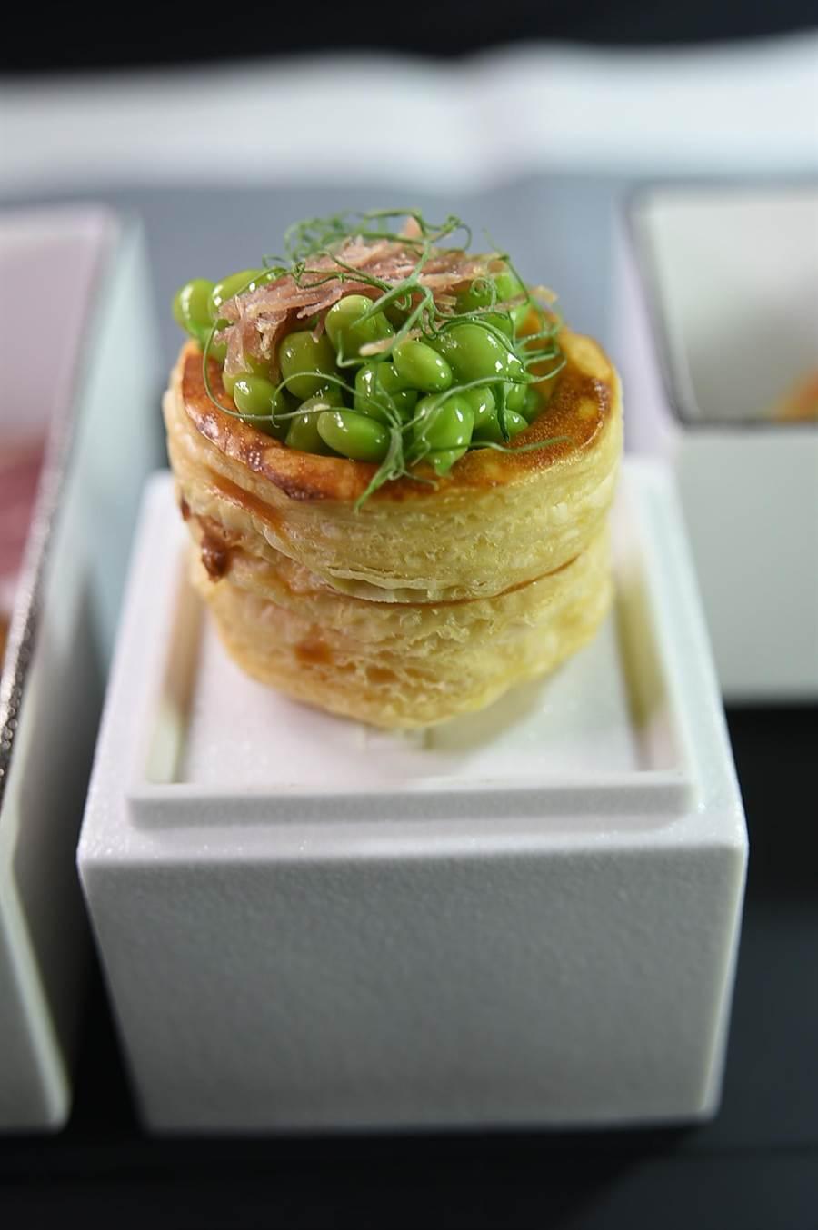 用法國料理的酥盒與中菜甜豌豆和火腿絲搭配,〈天香樓〉全新的開胃小菜好吃好看。(圖/姚舜)
