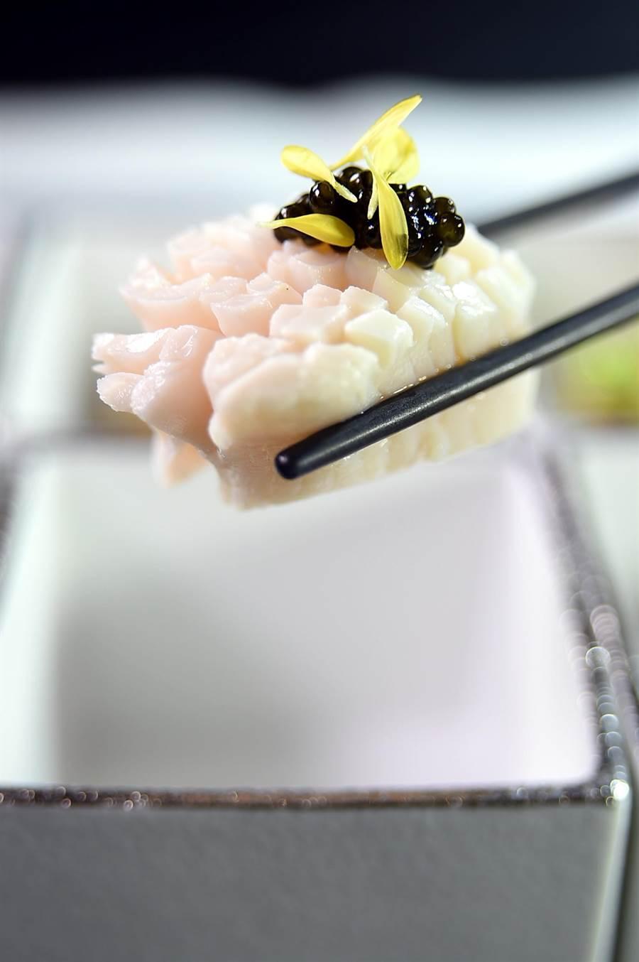 新鮮干貝用高湯煨過後與魚子醬搭配,〈天香樓〉全新套餐中的開胃小菜跨演繹美味。(圖/姚舜)