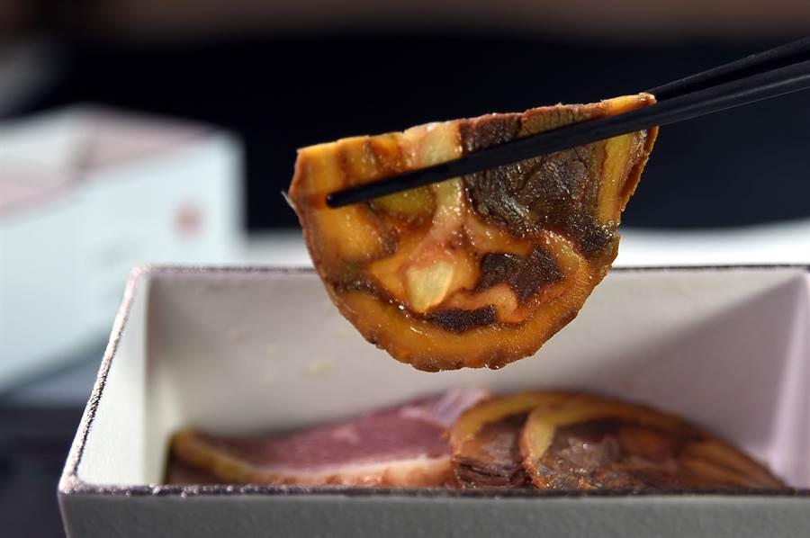 〈筋肚捲腱子〉是以片薄的牛肚捲入牛筋與牛腱,定型後再滷煮6小時,最後再切片呈盤上桌,除非常入味且形色也很誘人。(圖/姚舜)