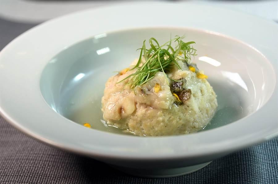 〈黃魚獅子頭〉是用黃魚肉加了一點點雞肉蓉、芹菜粒和荸薺後,用鹽與紹興酒調味、再煨煮成菜,味道非常鮮香並帶有微微甘甜味。(圖/姚舜)