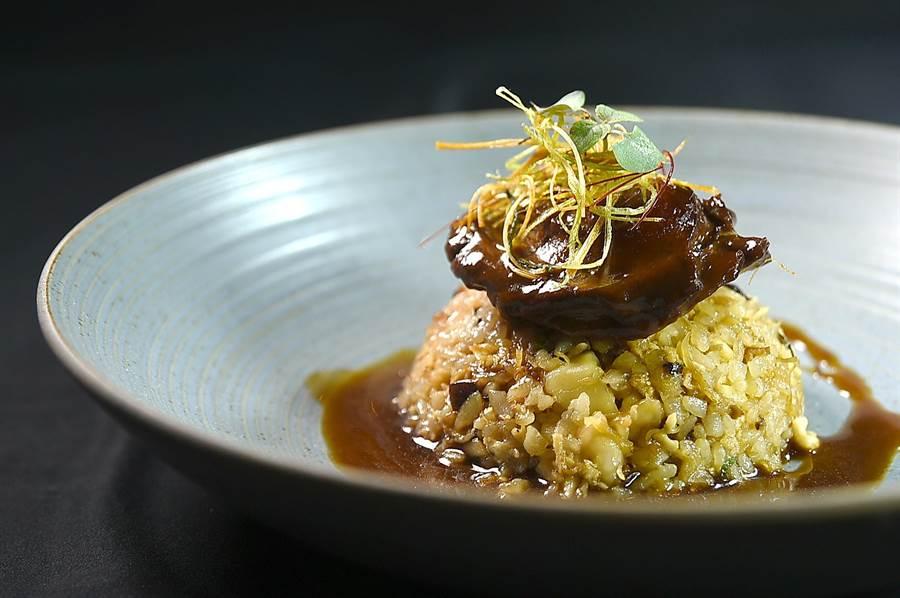 〈天香樓〉6600元套餐中的〈鮑魚海鮮炊飯〉,鮑魚是用老雞、火腿和瘦肉吊的湯足足煨了10小時,非常入味。(圖/姚舜)