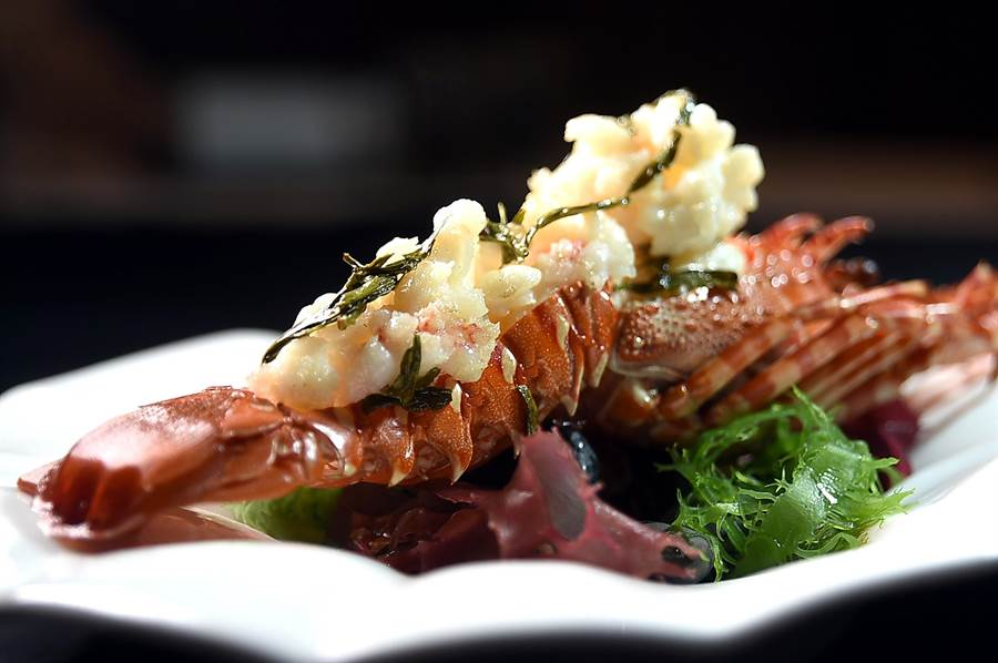 從杭州名菜〈龍井蝦仁〉進化演變而來的〈龍井龍蝦〉,是用澎湖野生錦繡龍蝦取代河蝦仁烹製,食來過癮。(圖/姚舜)