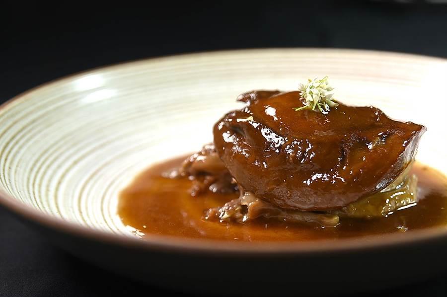 8800元套餐中的〈岸上明珠〉其實就是「鮑魚扣鵝掌」,使用的兩頭鮑肉質豐厚,口感彈Q。(圖/姚舜)