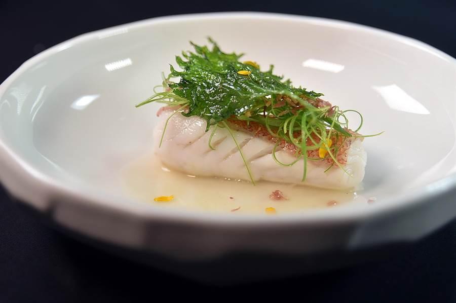 〈清蒸火腿海星斑〉是用魚肉將薑絲、火腿絲後清蒸,所以更加入味,魚肉蒸熟後上面再放了乾煸火腿絲與蔥絲提味增鮮。(圖/姚舜)