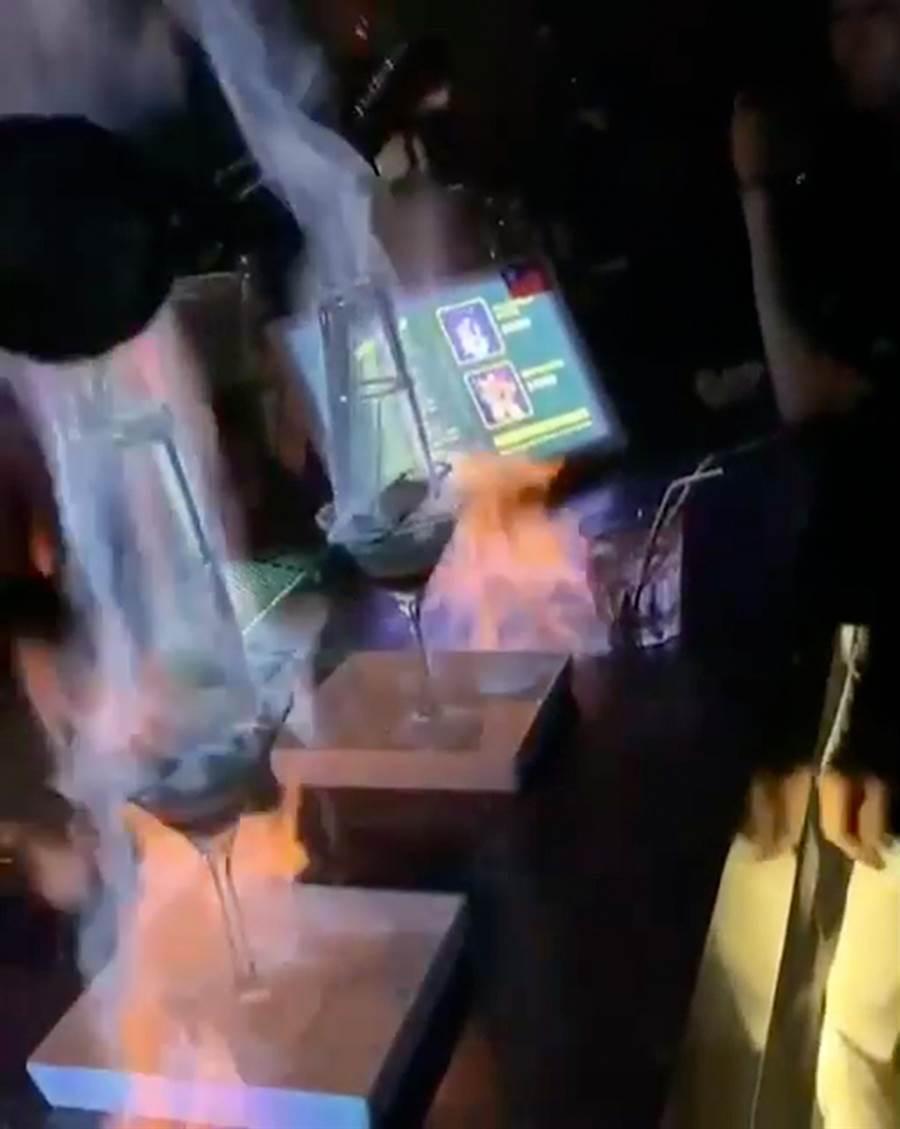 台中市夜店X-CUBE傳出在店內以明火調酒表演,台中市消防局表示,違反消防法規,將依法開罰。(摘自網友臉書)