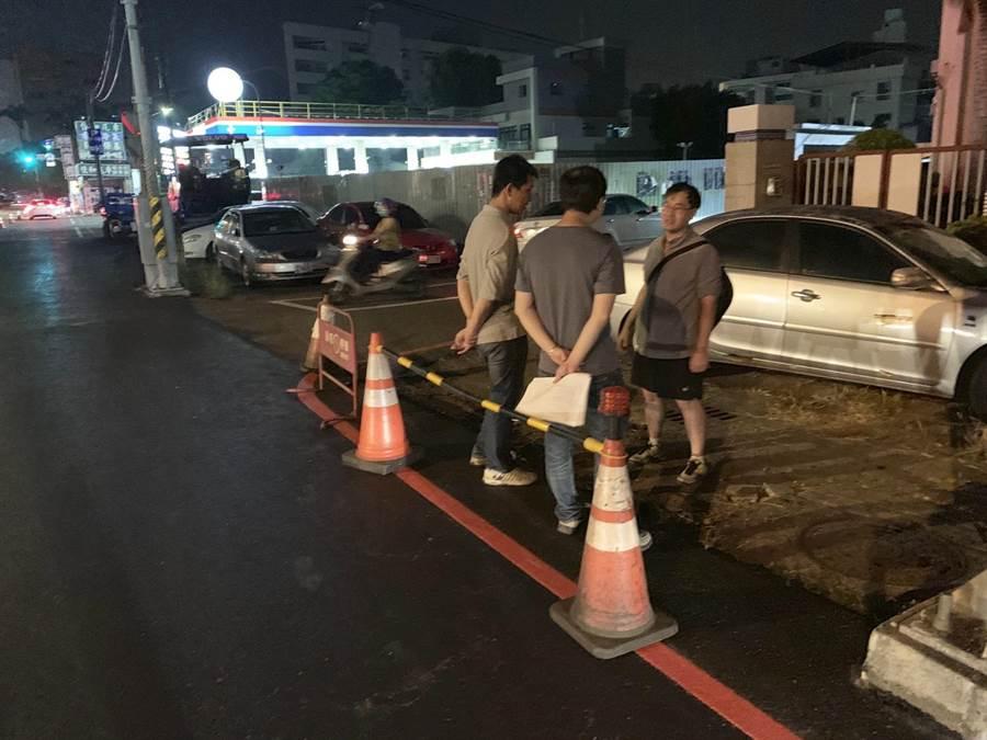 彰化市中山路夜間施工改善 ,路人質疑重鋪形成高低落差。(吳敏菁攝)