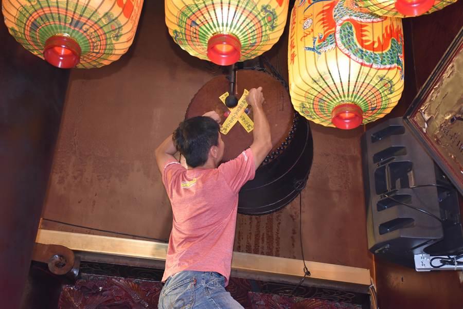 農曆七月到了,西螺福興宮今天依俗封鐘鼓,在鼓上貼上封條避免民眾誤擊。(周麗蘭攝)