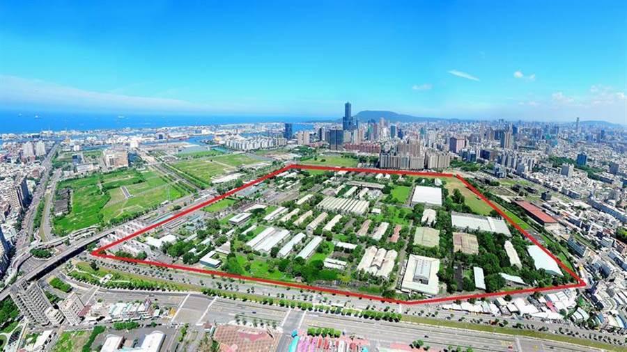 占地約57公頃的205兵工廠(紅線範圍),剛好就位在亞洲新灣區的核心區域。(圖:高雄都發局提供)