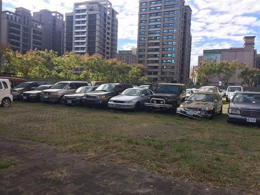 三重區五華街上的集智綠地過去遭民眾任意停放廢棄車輛,宛如一大片的「汽車墳場」。(議員李坤城服務處提供)