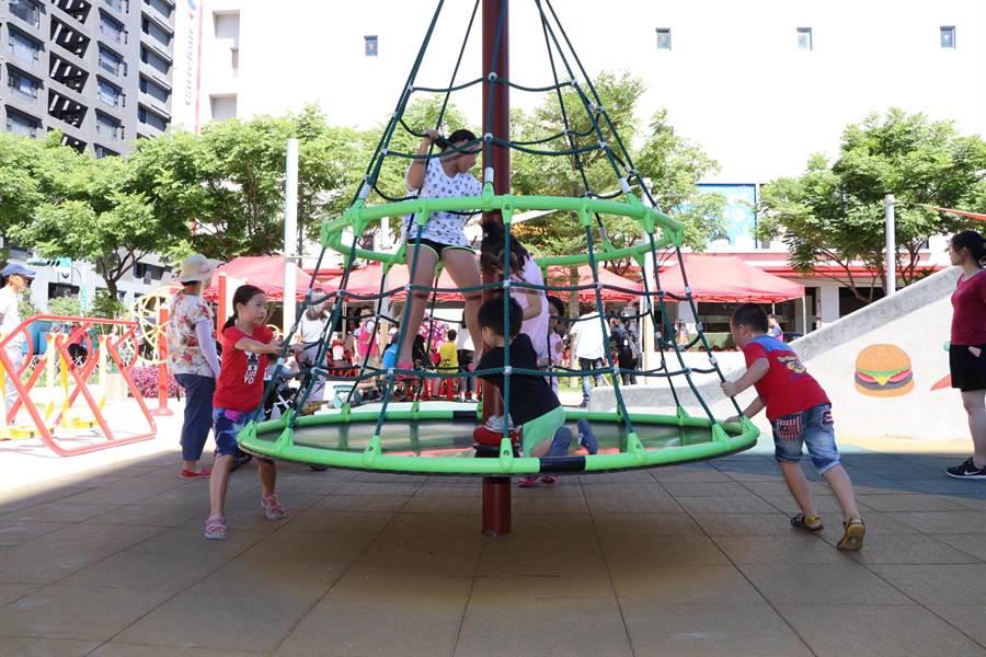 小朋友們開心的在旋轉攀爬網上玩耍。(吳亮賢攝)