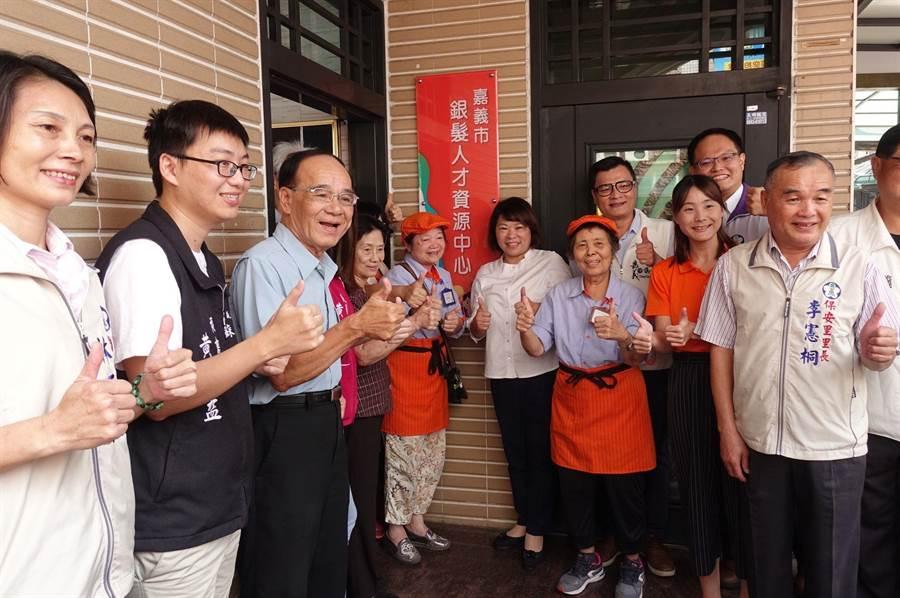 嘉義市長黃敏惠(中)為銀髮人才資源中心揭幕。(廖素慧攝)