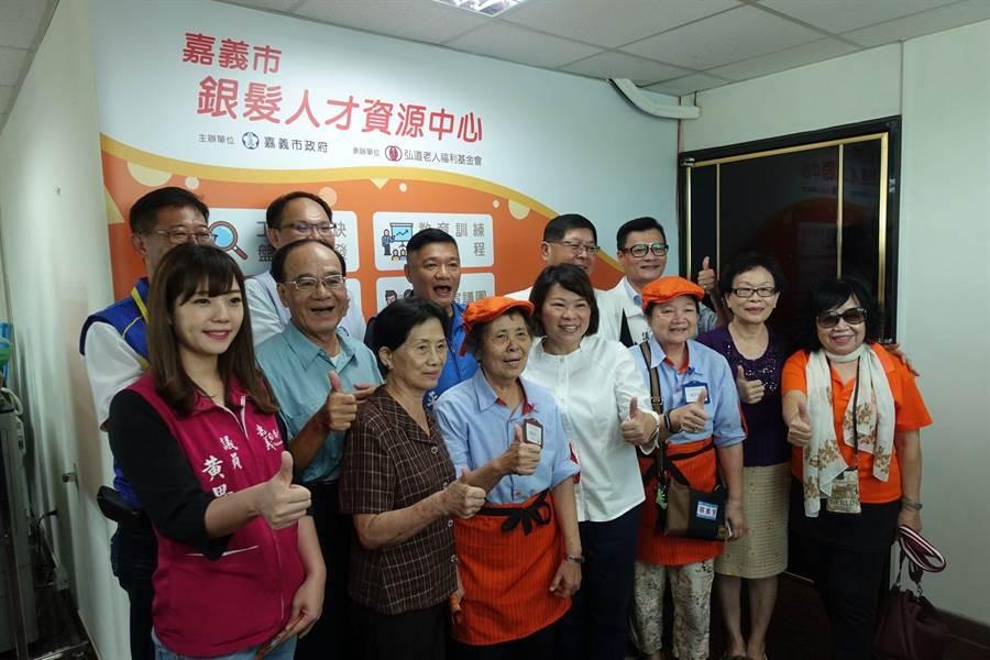 嘉義市長黃敏惠(中)為銀髮人才資源中心揭幕,鼓勵長輩再創新生活。(廖素慧攝)