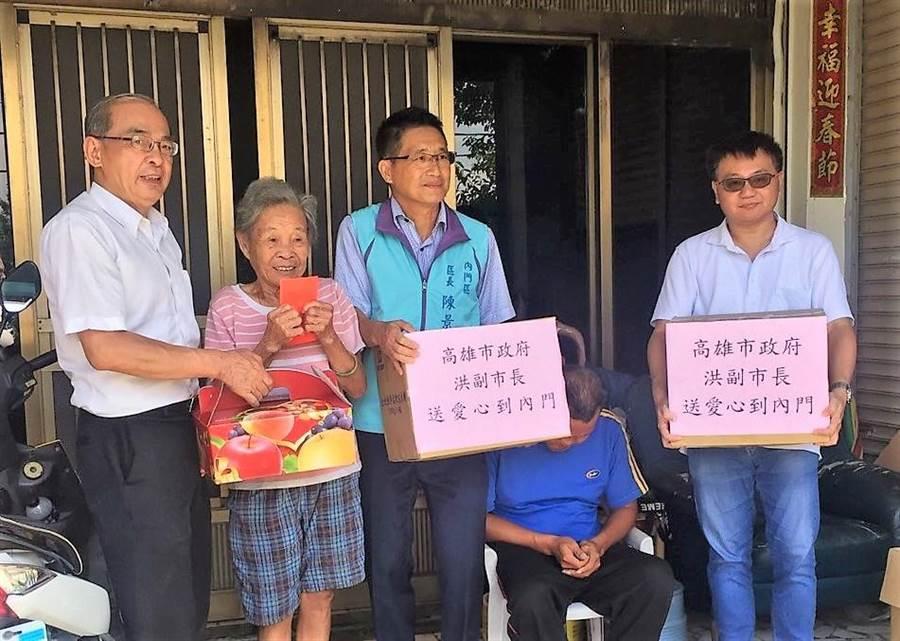 高雄市副市長洪東煒(左一)、內門區區長陳景星(左三)關懷弱勢。(林瑞益翻攝)