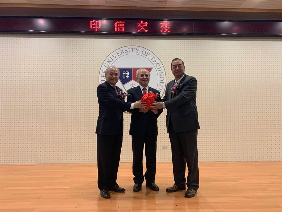 新任校長陳珠龍(右)從董事長梁聖時(中)及卸任校長尚世昌(左)手中接過印信。(致理科大提供)