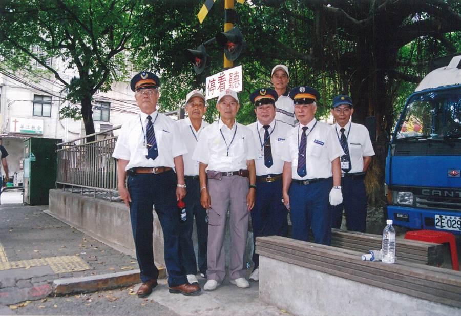 樹林區公所推舉模範父親代表,其中高齡88歲的陳啓和在鐵路局工作,一路撫養4子長大成人,並擔任樹興里的鄰長服務鄉梓16年。(許哲瑗翻攝)