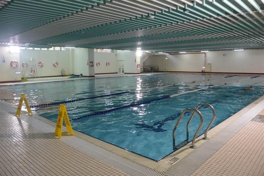 銅鑼國小溫水游泳池共有6條長約25米的水道,水質經檢測符合標準。(巫靜婷攝)