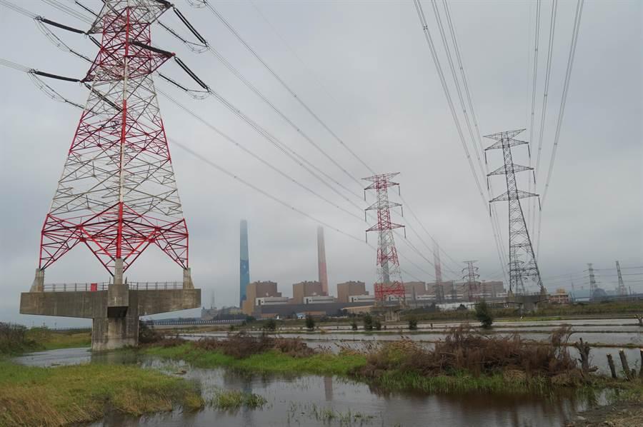 全台西半部空品恐轉差,台中市環保局今日提前啟動應變,通知包括中火等前30大工廠預防性降載。(黃國峰攝)