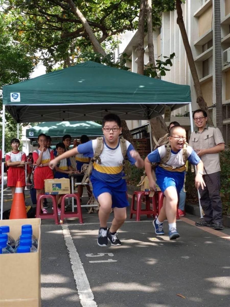 學童們背負重裝體驗勤務的辛勞。(陳世宗翻攝)