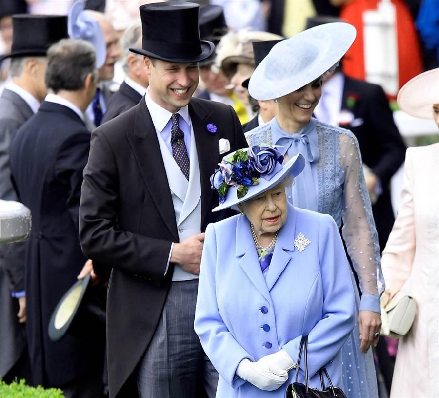 1986年安德魯王子婚禮上,英國女王伊麗莎白二世追著當時只有4歲的威廉王子後面跑的珍貴畫面曝光,網友大讚好溫馨。圖為今年6月女王及威廉夫婦參加皇家阿斯科特(Royal Ascot)賽馬會的資料照。(圖/TPG、達志影像)
