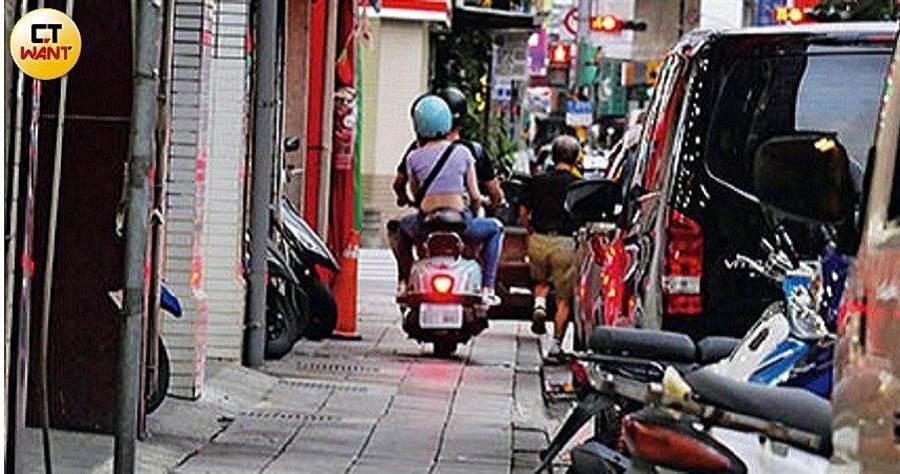 吳念軒載著吳心緹違規騎車騎上人行道。(時報周刊提供)