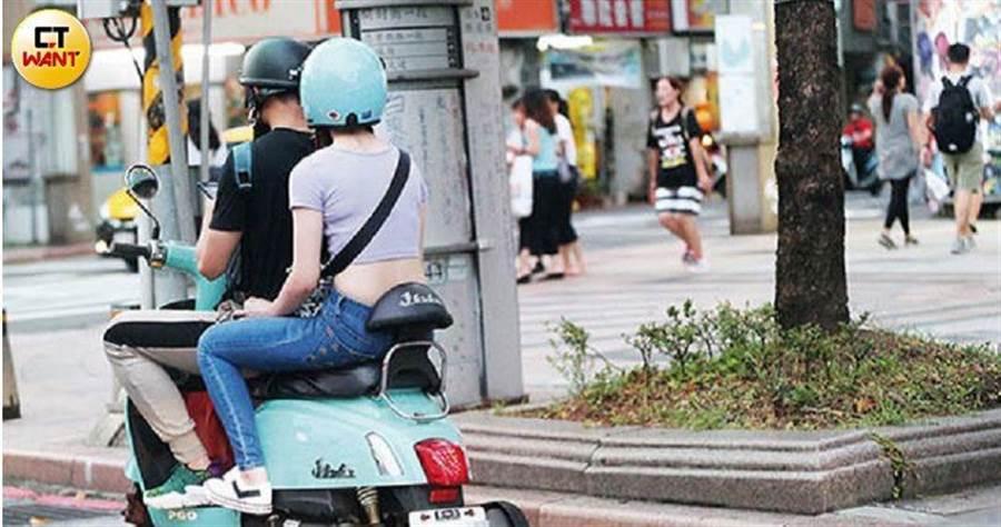 吳念軒、吳心緹小兩口享受機車騎騎樂。(時報周刊提供)
