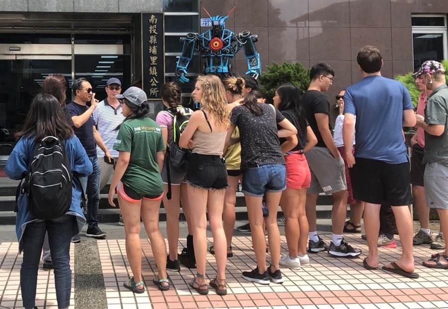 17位美國大學生前往埔里鎮公所參訪。(楊樹煌攝)