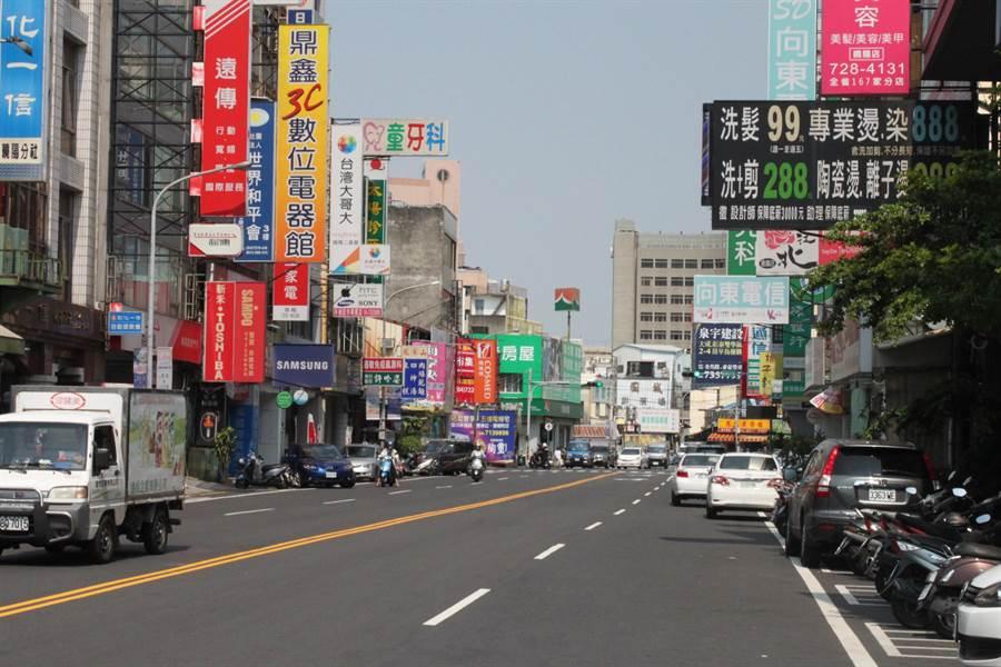 彰化市曉陽路是熱鬧的商業區,被取締違停第2名,路邊才畫設17格收費停車格。(吳敏菁攝)