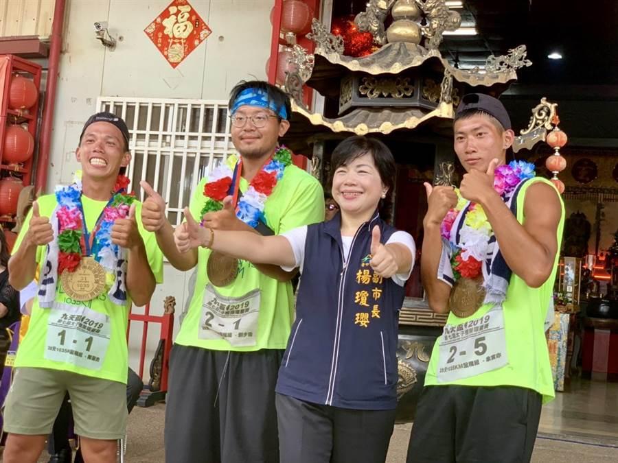 台中市副市長楊瓊瓔(右二)勤跑地方行程,是否投入立委選舉,她始終不願表態,僅強調「做好份內工作最重要!」(王文吉攝)