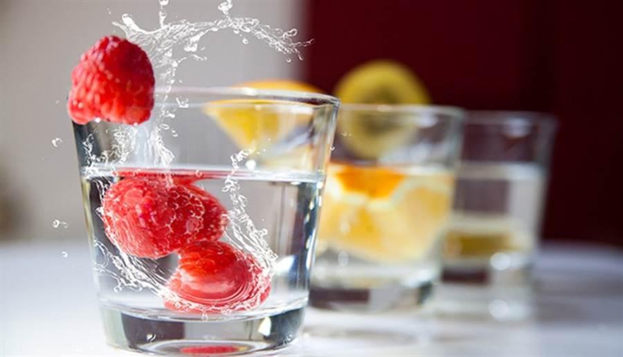 可自由搭配一個拳頭大小份量的水果製作水果水。(圖片來源/pixabay)