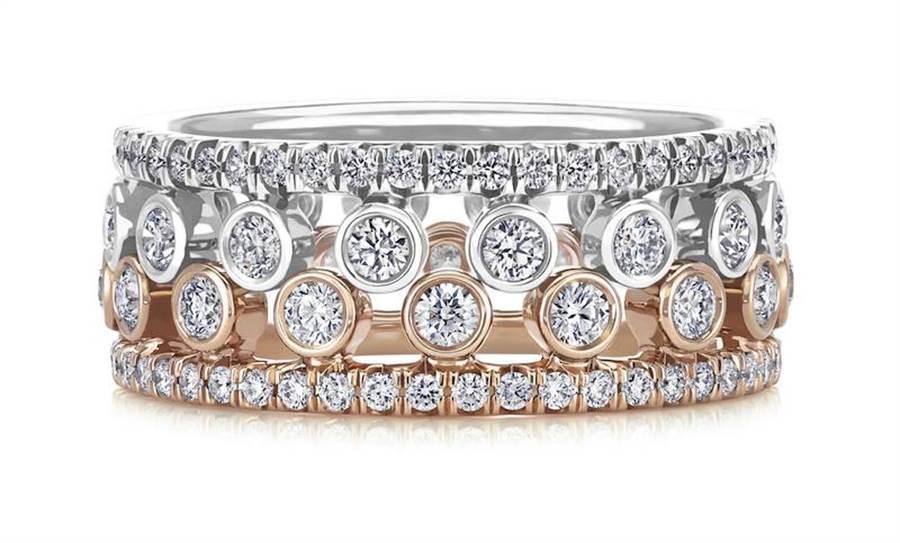 De Beers Dewdrop 18K白金單行密釘鑲鑽戒環,與18K玫瑰金單行密釘鑲鑽戒環層疊佩戴,各為9萬5000元。(De Beers提供)