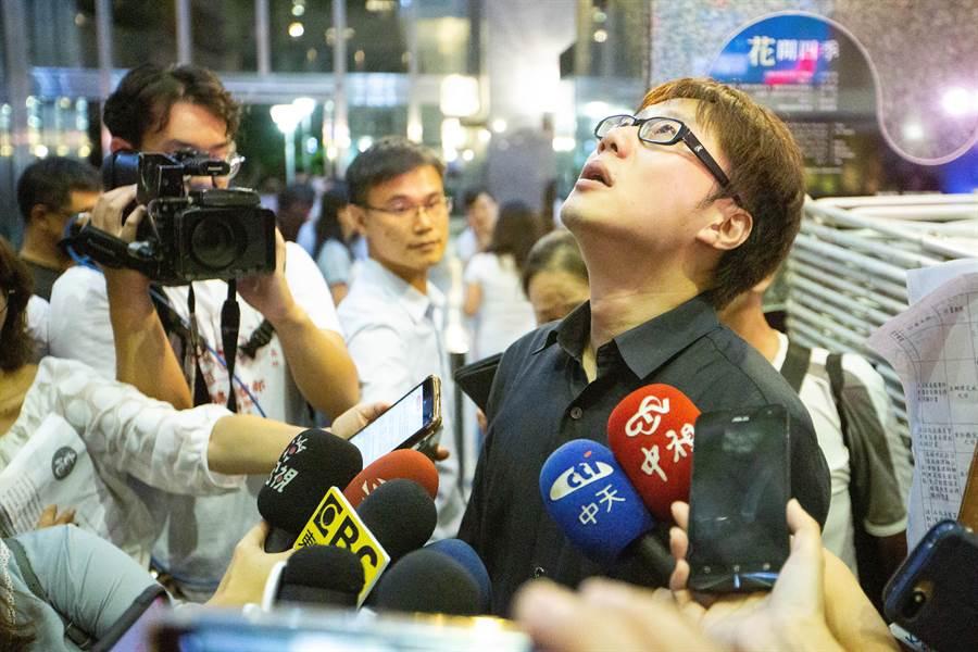 氣爆自救會長陳冠榮疑似對於五週年紀念晚會的歌唱氣氛過於歡樂活潑感到無法接受,於晚後受訪時失控。(袁庭堯攝)