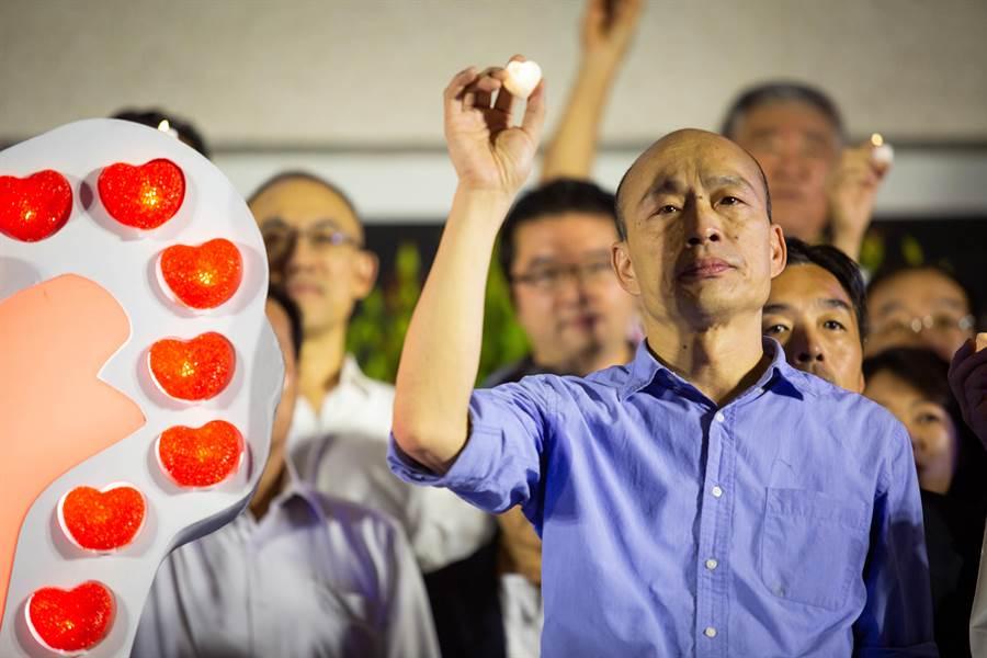 韓國瑜看完氣爆回顧影片,面色凝重眼眶泛紅,與各局處首長一同點亮祈福燈。(袁庭堯攝)