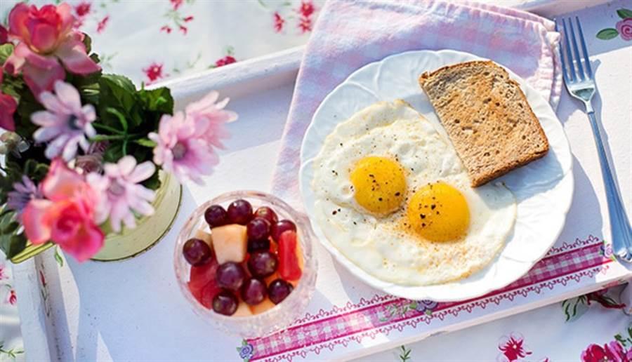 如果想減重,早餐吃富含蛋白質、抗性澱粉、纖維質的食物為佳。(圖/pixabay)