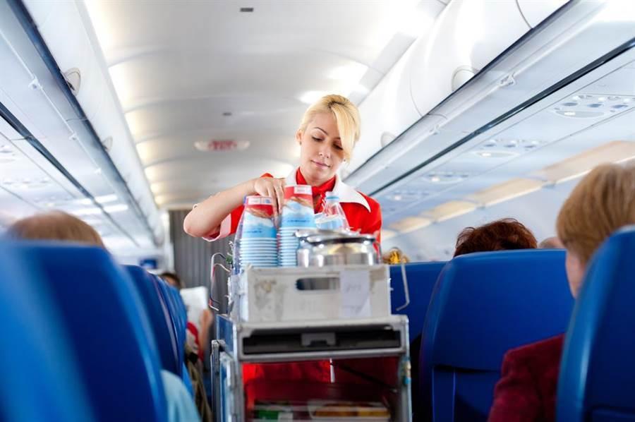 空姐给人印象总是笑容可掬、姿态优美,但是有时一些举动也会让乘客看傻眼。(示意图非本新闻/达志影像)