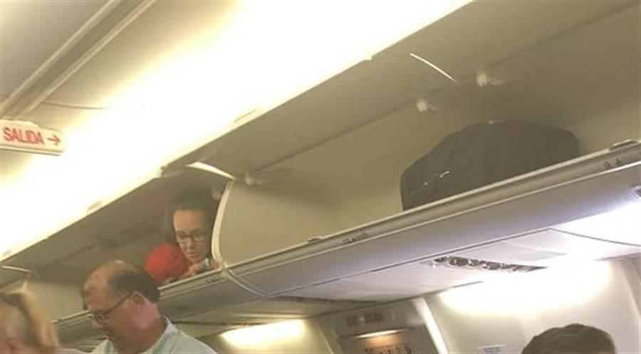 事后这家航空公司发声明,将这名空姐的行为归于幽默感和个性。(图取自推特)